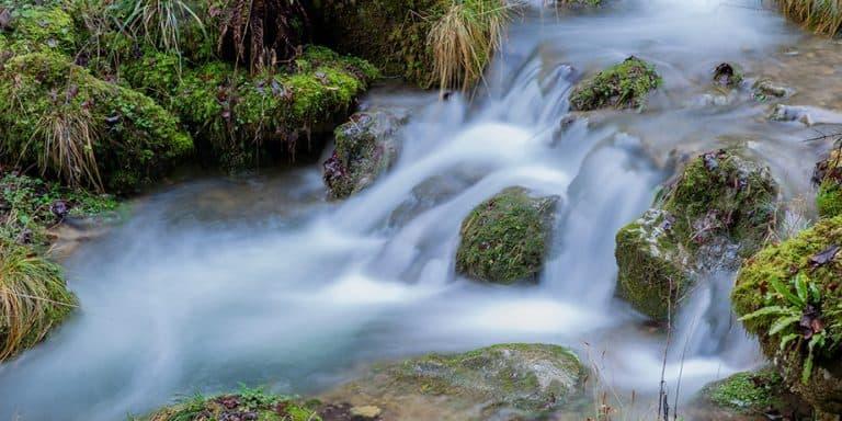 Aus welchem Stein fliesst das gesündeste Quellwasser?